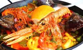 Paella espagnole avec des fruits de mer dans une casserole Photographie stock libre de droits