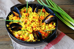 Paella espagnole avec des moules Image libre de droits