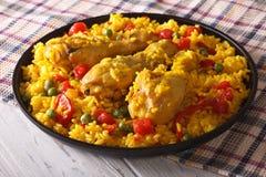 Paella espagnole avec le plan rapproché de poulet d'un plat horizontal Images stock