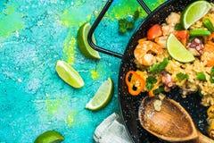 Paella espagnole de fruits de mer faite pour partager avec des amis Photos stock
