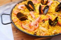 Paella espagnole traditionnelle de plat avec des crevettes roses et des moules Images libres de droits