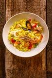 Paella espanhol do marisco na bacia branca na tabela Imagens de Stock