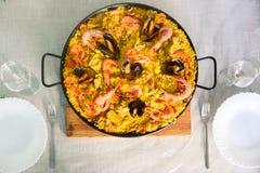 Paella espanhol tradicional do prato com camarões e mexilhões Foto de Stock