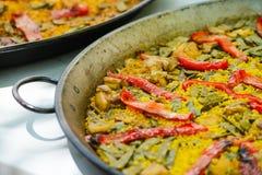 Paella espanhol tradicional do prato com camarões e mexilhões Imagens de Stock Royalty Free