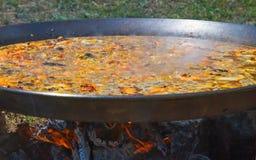 Paella faisant cuire un feu en bois Image libre de droits