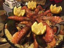 Paella faite à la maison magnifique avec les crevettes roses géantes Photo stock