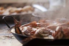 Paella faite maison chaude et humide traditionnellement cuite avec des crevettes roses et des mollusques et crustacés Images libres de droits