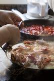 Paella faite maison chaude et humide traditionnellement cuite avec des crevettes roses et des mollusques et crustacés Photos stock