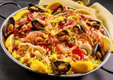 Paella gastronome de fruits de mer avec des crevettes roses et des moules Images libres de droits