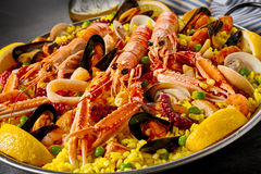 Paella gourmet do marisco com langoustines frescos Imagens de Stock