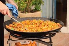 Paella kwinty sceny dodawać fasolki szparagowe Zdjęcia Stock