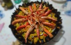 Paella med kött och fisken royaltyfri fotografi