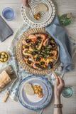 Paella mit Draufsicht der schönen Serviette auf dem Tisch essen stockfotografie
