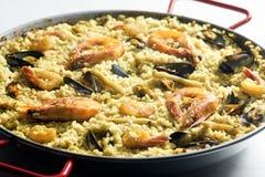 Paella mit essbaren Meerestieren Stockbild