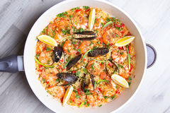 Paella mit Garnelen und Miesmuscheln Stockfotografie