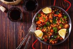 Paella mit Huhn, Chorizo, Meeresfrüchten, Gemüse und Safranse Lizenzfreies Stockfoto