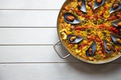 Paella mit Miesmuscheln Stockfoto