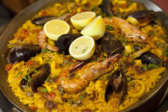Paella mit Reisgarnelen und -miesmuscheln in der Wanne Lizenzfreie Stockfotografie