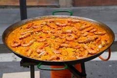 Paella énorme de crevette en faisant cuire le carter Image stock