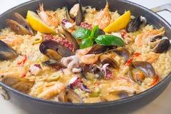 Paella in piatto da sopra fotografia stock