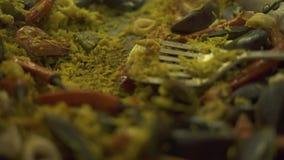 Paella preparada con los mejillones, los camarones, el calamari y los pimientos picantes en cacerola El cierre para arriba cocinó almacen de video