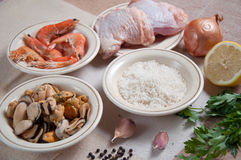 Paella przygotowywający posiłek z garnelą Obraz Royalty Free