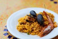 paella Riz avec des crevettes roses, des moules et le citron de roi photos stock