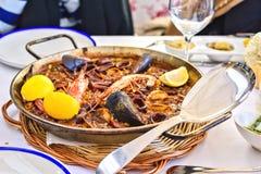 Paella savoureuse de fruits de mer dans la casserole noire - plat traditionnel de riz espagnol Image stock