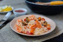 Paella spagnola del piatto con frutti di mare, gamberetti in pentola Fotografia Stock
