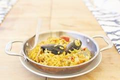 Paella spagnola deliziosa con le cozze ed i frutti di mare fotografia stock libera da diritti