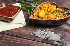 Paella sur une table en bois Photo stock