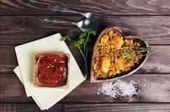Paella sur une table en bois Photo libre de droits