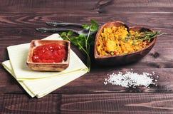 Paella sur une table en bois Image stock