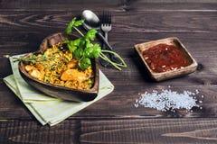 Paella sur une table en bois Images stock