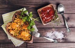 Paella sur une table en bois Images libres de droits
