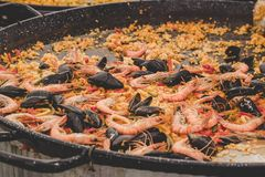 Paella traditionnelle avec des fruits et des légumes de mer au marché de nourriture de rue image libre de droits