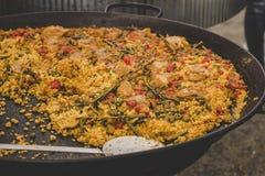 Paella traditionnelle avec le poulet et les légumes au marché de nourriture de rue photo stock