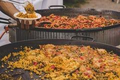 Paella traditionnelle avec le poulet et les légumes au marché de nourriture de rue photo libre de droits