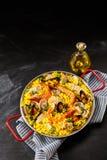 Paella une margarita de La dans la casserole avec de l'huile Photo libre de droits