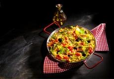 Paella végétarienne avec l'asperge et les olives Photographie stock