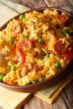 Paella Valenciana avec de la viande, le chorizo de saucisse, les légumes et le spi Photographie stock libre de droits
