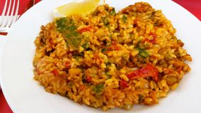 Paella vegetal com pimenta vermelha e tomate Foto de Stock Royalty Free