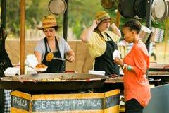 Paella-Verpflegung Nahrungsmittelfestival am im Freien lizenzfreie stockfotos