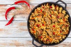 Paella z mięsem, pieprzem, warzywami i pikantność, obraz stock