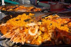 Paellapannan på skaldjur och bönder marknadsför royaltyfri foto