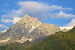Paesaggi alpini ghiacciati della montagna del cielo blu immagine stock