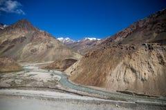 Paesaggi aridi della zona a scarse precipitazioni himalayana, Manali alla strada di Leh Fotografie Stock Libere da Diritti