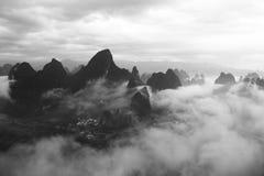 Paesaggi cinesi con nebbia, Guilin Fotografie Stock Libere da Diritti