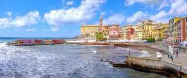 Paesaggi Colourful di riviera dell'italiano della città di Genova Nervi Porticciolo - della Liguria - l'Italia immagini stock libere da diritti
