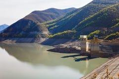 Paesaggi di acqua e del bacino idrico di Zhinvalskoe delle montagne di Tbilisi, Georgia Fotografie Stock